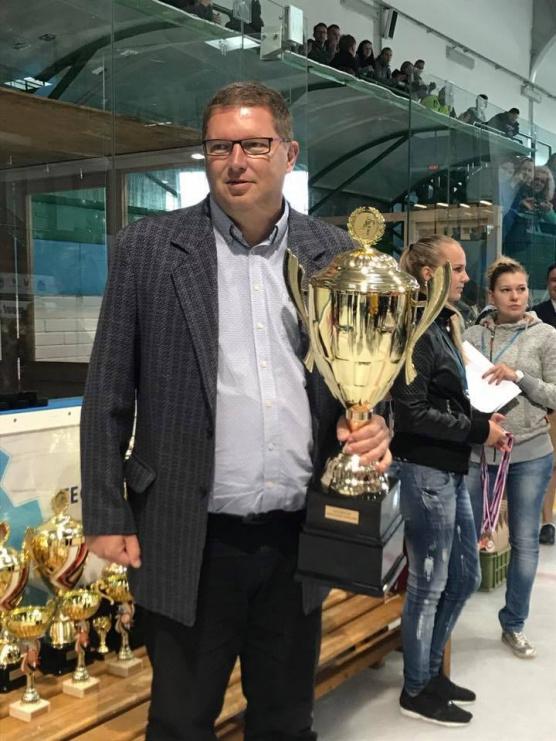 Tomáš Třetina předává pohár vítězům Asalonta Cup v Hodoníně