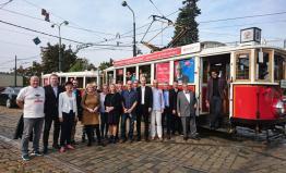 Karel Schwarzenberg a další kandidáti vyjeli tramvajemi za voliči v Praze