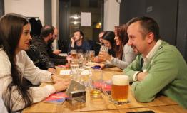 V Plzni se politika dělá u piva. O setkání s poslancem je zájem