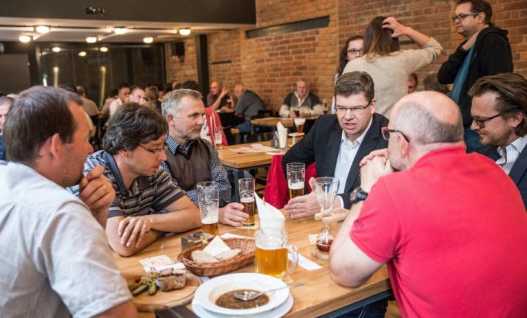 V Plzni na pivu s předsedou o evropské i komunální politice