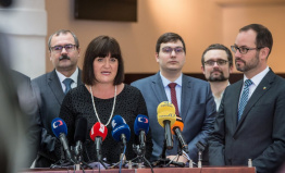 Poslanci chtějí zřídit komisi, která by vyhodnocovala vliv autoritářských režimů