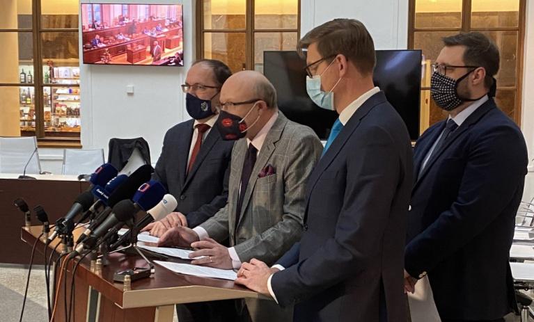 AntiCovid tým: Podle ministra ČR objednalo 12 milionů dávek vakcíny Pfizer a 3 miliony vakcíny AstraZeneca