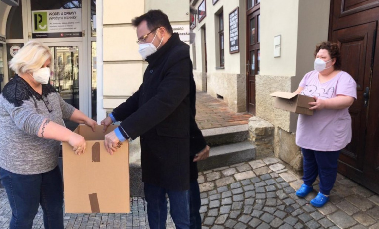 Koalice SPOLU darovala potřebným v Ústeckém kraji 2000 respirátorů