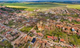 Kraj i Plzeň pomohly tornádem poškozeným obcím