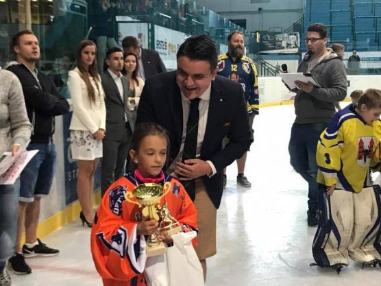 Denis Tureček předává ceny na Asalonta Cup 2017 v Hodoníně